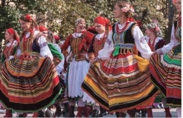 美麗的傳統服飾為祭典點綴繽紛色彩。(圖/天下出版)