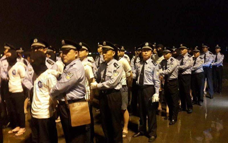 4月30日,廣州白雲國際機場,97名電信詐騙犯罪嫌疑人(中國65人,台灣32人)被押解回中國。(取自網路)