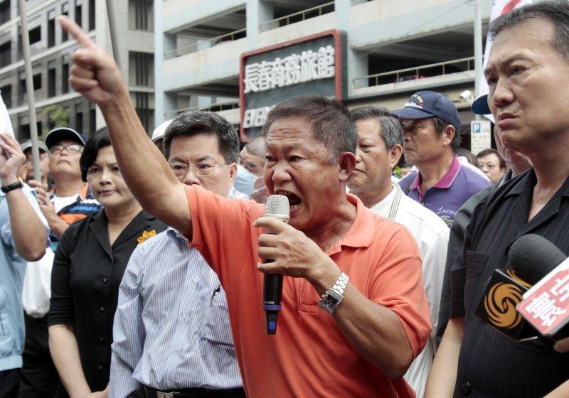 我漁船「東聖吉16號」在「沖之鳥礁」遭日本違法扣押並強索保證金,漁民到日本交流協會抗議(美聯社)