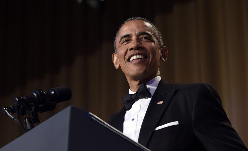歐巴馬席間不忘酸川普。(美聯社)