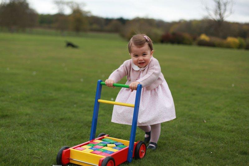 英國小公主夏綠蒂推著學步車。(美聯社)
