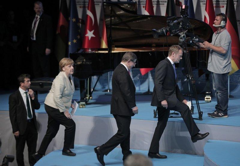 (左至右)德國總理梅克爾、土耳其總理達武特奧盧及歐洲理事會主席圖斯克參與記者會(美聯社)