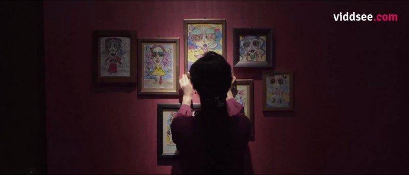 媽媽將作品掛上後,赫然發現每幅畫中的人幾乎長得一樣。(圖/截圖自viddsee)