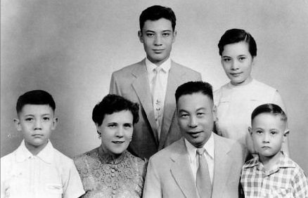1950年蒋家全家福,(後左起)蒋孝文、蒋孝章、蒋孝武、蒋方良、蒋经国、蒋孝勇。(取自維基)