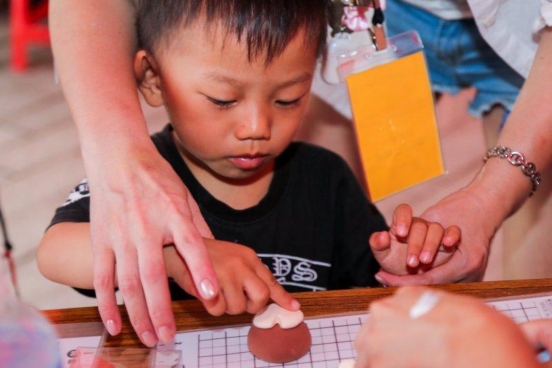 20160505-「台北世界設計之都-設計教育扎根計畫」成果展.藉由駐攤設計師引導,家長和小朋友可以一同體會設計的魅力。(陳明仁攝)