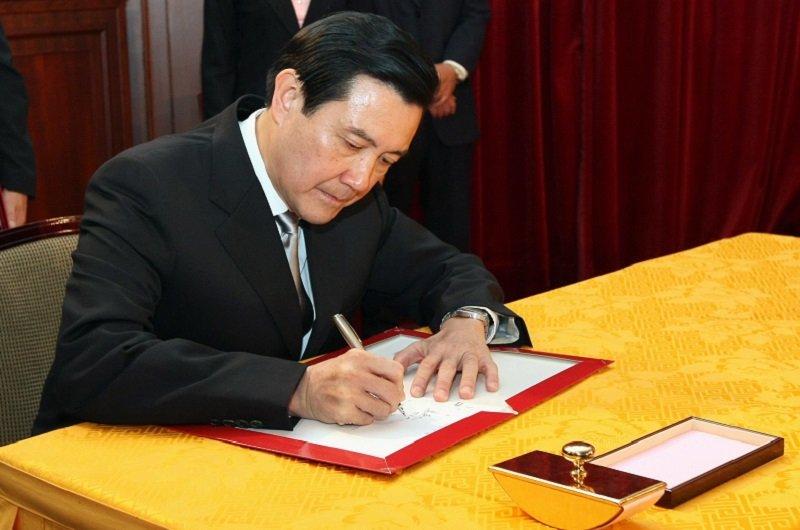 2008年5月20日,馬英九總統簽下發布行政院長劉兆玄組閣的人事令。(總統府網站)