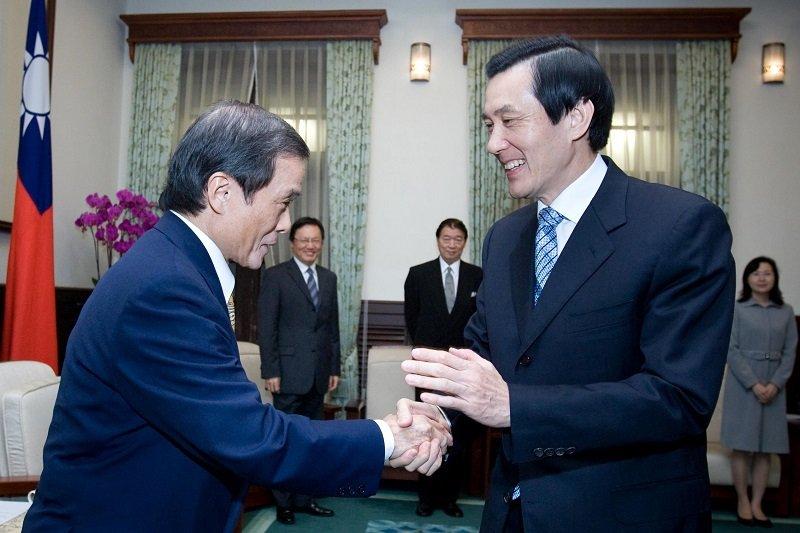 馬政府就任,台日關係一開始就緊張,日本交流協會台北事務所齋藤正一番「台灣地位未定論」引發爭議,馬英九足足不理他半年後,才在2009年12月接見他,三秒握手釋前嫌。(總統府網站)