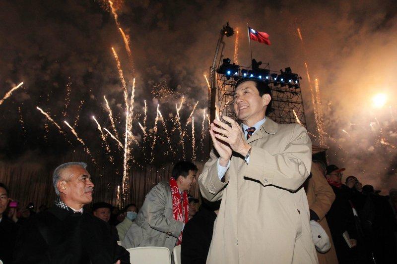 馬英九總統出席大佳河濱公園的「中華民國建國一百年跨年慶典」,沒想到馬政府卻因為台中場的「夢想家」,隔年讓文建會主委盛治仁黯然下台。(總統府網站)