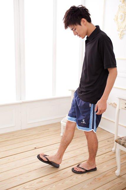 球褲加夾腳拖是台灣男性夏季常見的搭配,卻也會嚴重破壞比例。(圖/截自拍賣網站)