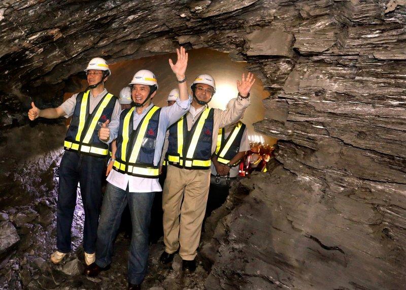 卸任前,馬英九總統出席「蘇花改」觀音隧道通車典禮,這條爭議十數年的道路,未來還會興建下去嗎?誰也不敢講。這一刻,只能留給花東民眾回味了。(馬英九總統臉書)