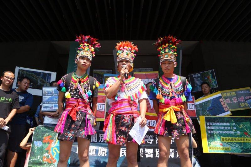 20160506-「台東杉原棕櫚濱海渡假村」環評,部落與環團於場外抗議。都蘭、加路蘭、刺桐部落族人。(蔡耀徵攝)