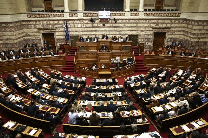 希臘總理齊普拉斯於8日在國會及議員們(美聯社)