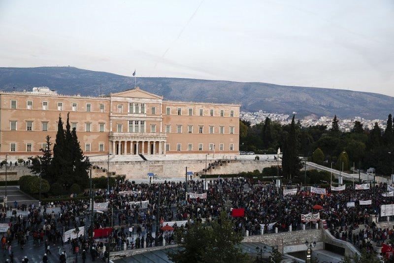 雅典國會外反撙節的抗議民眾(美聯社)