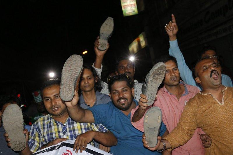 慶祝尼札米被處死的孟加拉人民(美聯社)