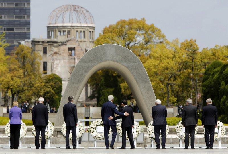 2016年4月11日,美國國務卿凱瑞(左4)等G7外長在廣島和平紀念公園獻花(美聯社)