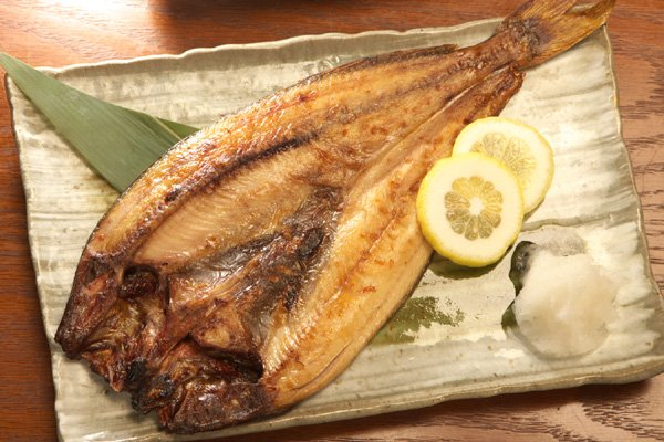 宛如秋風吹來的秋刀魚,雖然腹部銀光閃閃,但鹽烤後的哀愁,還是給人留下印象。
