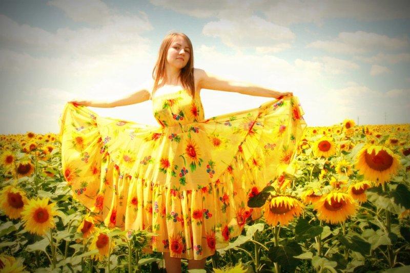 夏天穿黃色洋裝最能「摸蛤仔兼洗褲」,涼爽又抗紫外線。(圖/AdinaVoicu@pixabay)