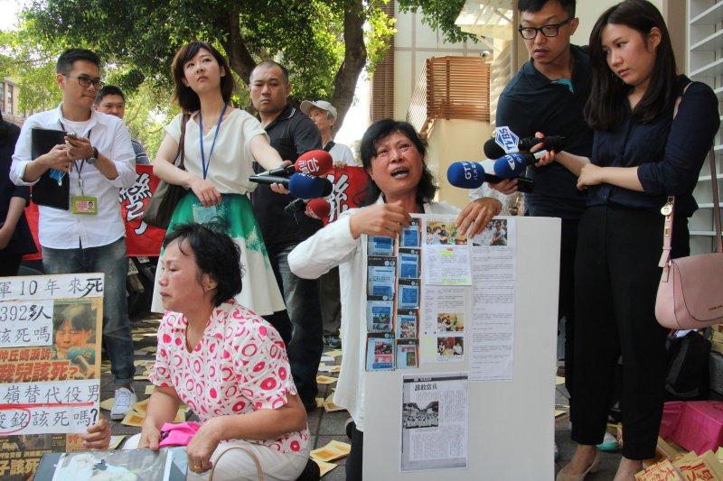 全國媽媽聯盟發起人蔡媽媽尤瑞敏、成功嶺軍冤案陳俊銘父母親等人13日至時代力量黨團門口抗議。(王德為攝)