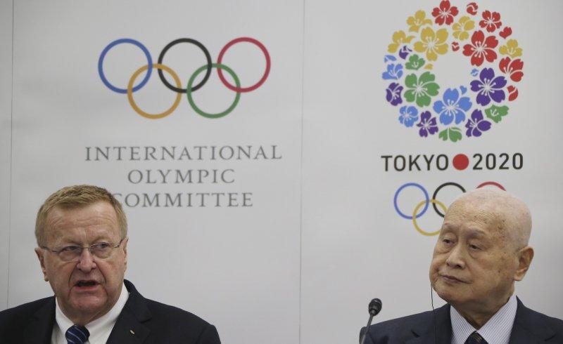 國際奧委會主席(左)與東京奧委會主席森喜朗(右)。(美聯社)