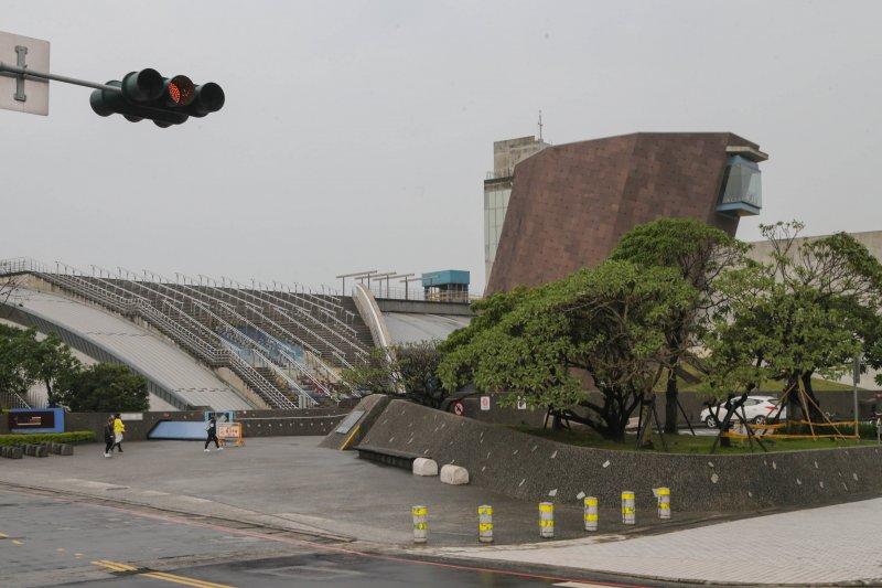 201605-漢本遺址專題.十三行博物館.外觀建築呈現十七度的歪斜,傾斜不正的八角塔,表達被毀壞的遺跡無法重現的意境。(陳明仁攝)