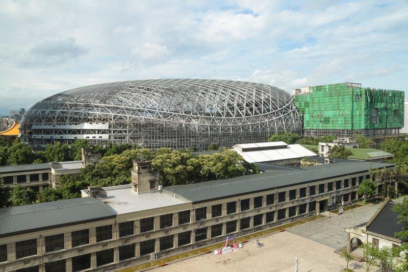 由松菸園區文創大樓晀台北大巨蛋及附屬設施全景。(顏麟宇攝)