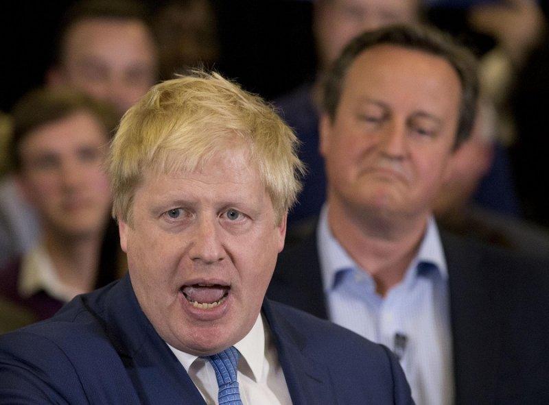 英國首相卡麥隆(後)於3日聆聽強森(前)為保守黨倫敦市長候選人助選的演說(美聯社)