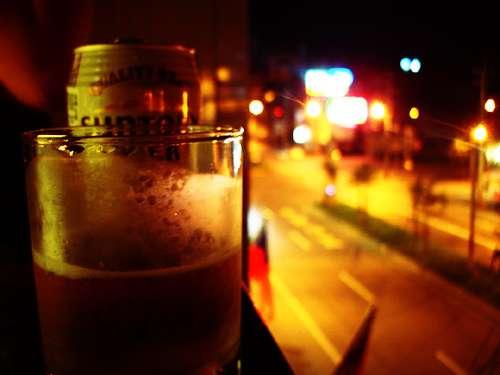 雖然愛喝酒可能是某些人的天性,但女生對酒精的耐受度遠不及男性,還是適量為妙。(圖/Carol Lin@Flickr)