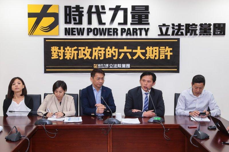 時代力量黨團17日於黨團大會後召開記者會。(顏麟宇攝)