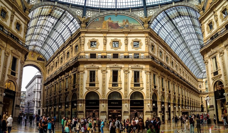 艾曼紐二世迴廊是玻璃帷幕大型購物商城的先驅,至今仍是米蘭重要的名品購物商場。(圖/Pablo Fernández@Flickr)