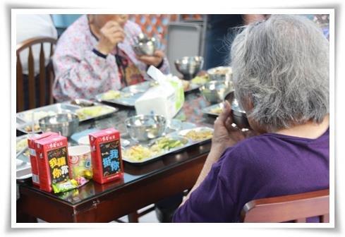 關懷站每天提供午餐給30為社區老人(伊甸園基金會提供)