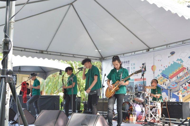 5月14日松菸現場「麻花捲怪獸」樂團演出,團員特別穿上高中制服,扣合學園祭主題。(圖/松山文創園區提供)
