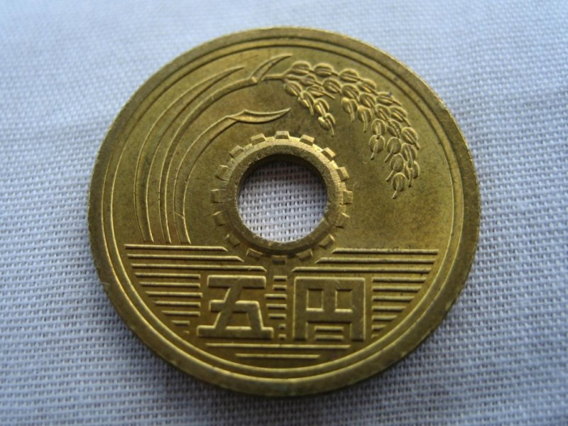 日本的5円硬幣音同「有緣」。(圖/Jonathan Baker-Bates@flickr)