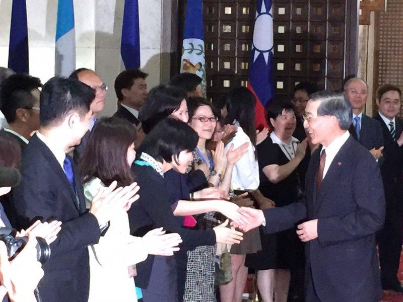 外交部長林永樂(右)步出外交部大門時,外交部同仁也在大廳列隊鼓掌,給予溫馨祝福。(仇佩芬攝)