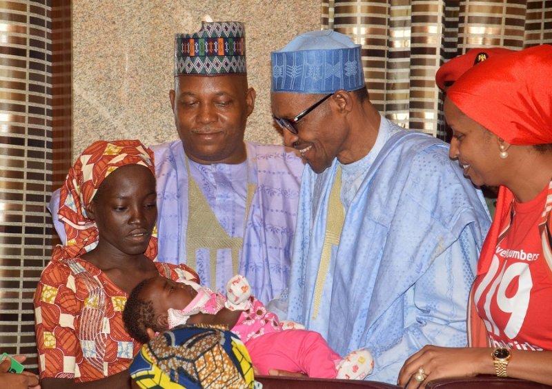 亞米娜(左)與孩子會見奈及利亞總統布哈里(美聯社)