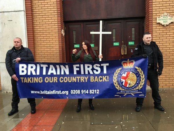 極右組織「英國第一」在東倫敦清真寺前聚集。(Andrew Boff攝)