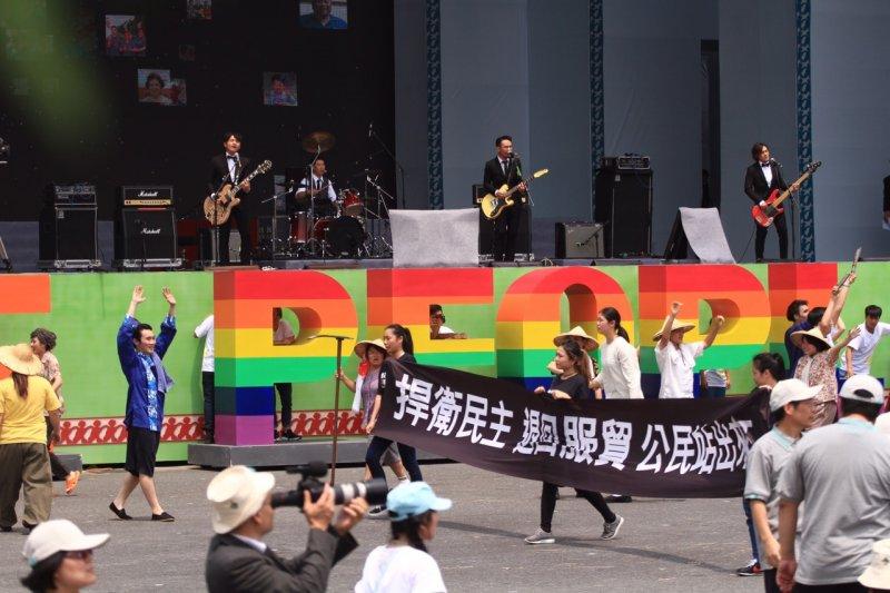 20160520-SMG0045-076-滅火器帶來台灣民主進行曲節目-曾原信攝.jpg