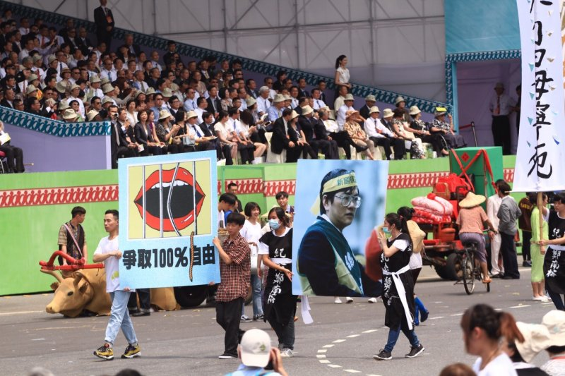 20160520-SMG0045-077-滅火器等帶來台灣民主進行曲節目-曾原信攝.jpg