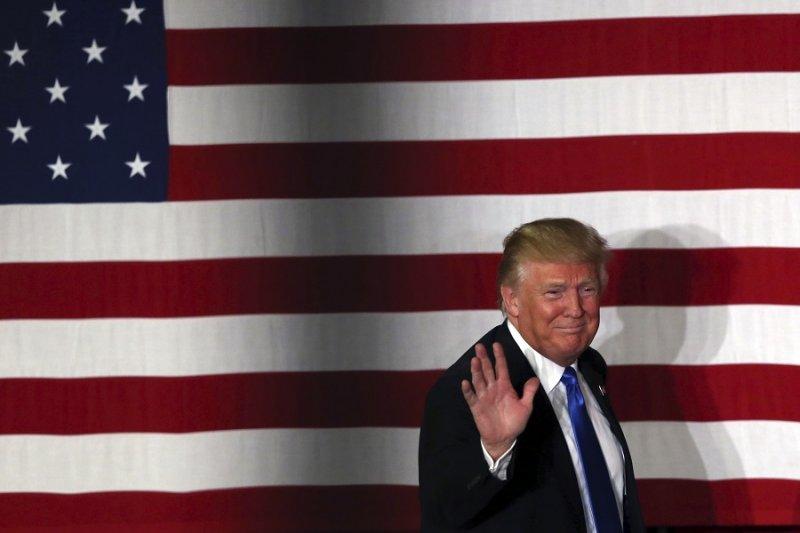 美國共和黨總統參選人川普19日於競選活動中揮手致意(美聯社)