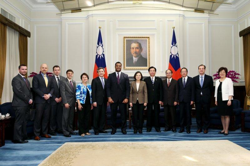 蔡英文總統24日接見來訪的美國商務部助理部長賈朵德(Marcus Jadotte)訪問團。(總統府提供)