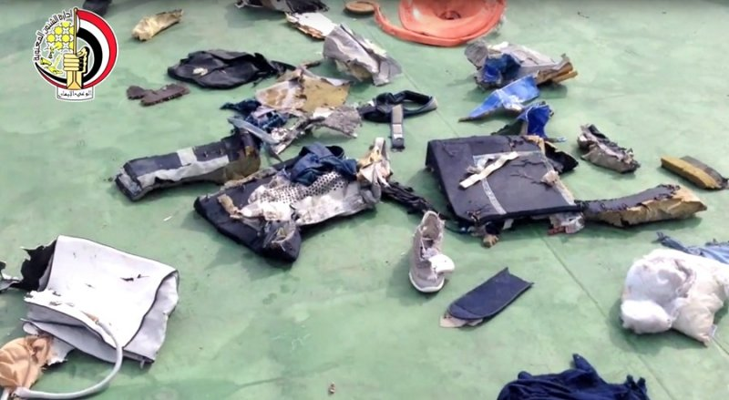 搜索行動取回的埃及航空客機部分殘骸及乘客物品(美聯社)