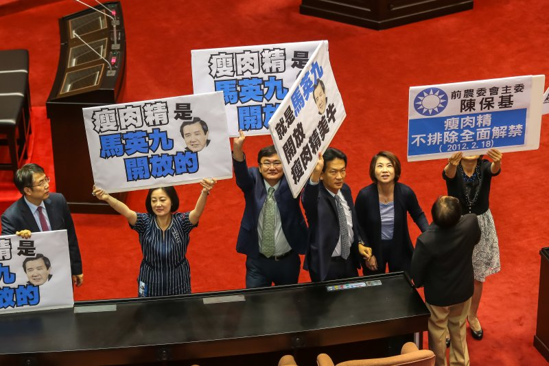 立法院24日表決「禁止瘦肉精美豬交付經濟委員會主審」一案,民進黨團表示贊成。(顏麟宇攝)