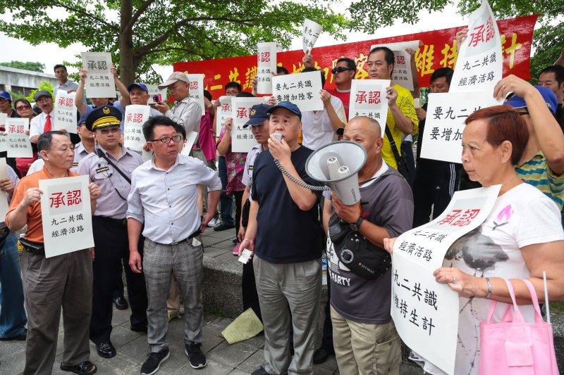 中華統一促進黨的計程車司機們25日下午至民進黨中央,向總統蔡英文呼籲「要九二共識,要增加陸客,要維持生計」。(顏麟宇攝)