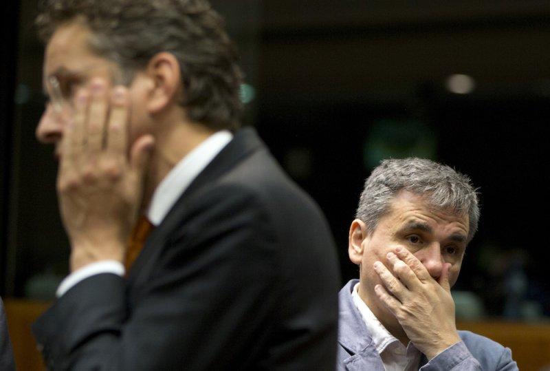歐元集團主席戴塞爾布盧姆(左)與希臘財政部長察卡洛托斯(右)於財長會議(美聯社)