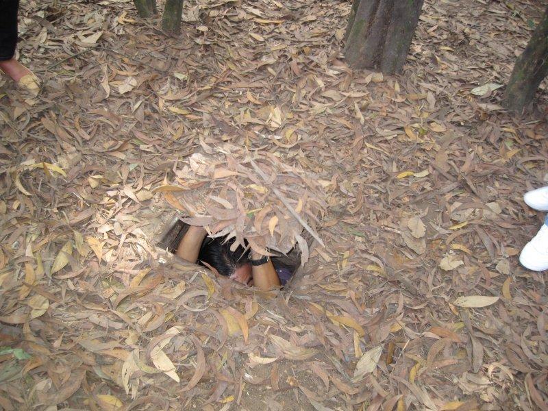 當年游擊隊員據點的地穴入口,為一方木板大小,僅容瘦小的人進出,鑽進洞裡再鋪滿草業的蓋子。(印刻提供)