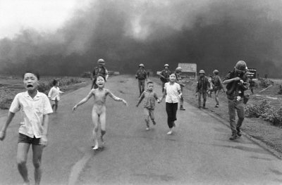 潘氏金福九歲時在越南戰爭中受燒夷彈波及,令人印象深刻的這張照片最後也獲得普立茲獎。(取自維基百科,美聯社記者黃幼公攝)