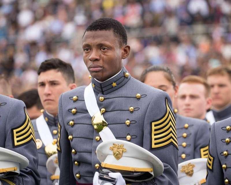 西點軍校上傳動容的照片,被網友分享1萬多次。照片為陸軍中士布萊恩特所攝。