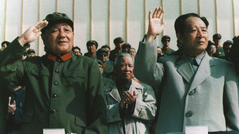 胡耀邦(右)與鄧小平