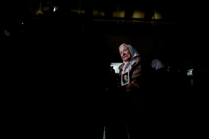 受害者母親組織「五月廣場之母」(Madres de Plaza de Mayo)的主席接受記者訪問(美聯社)