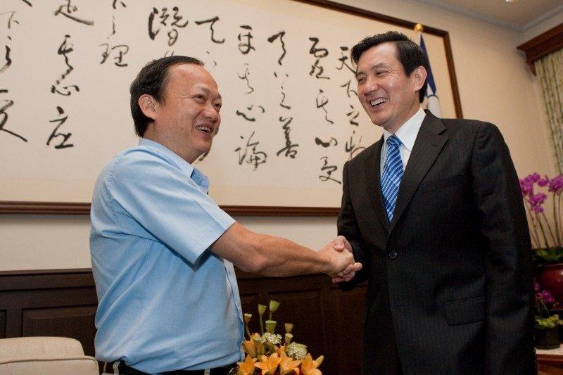 2009年五月,前總統馬英九接見時任衛生署長的葉金川,肯定他在世衛大會的表現。(總統府網站)
