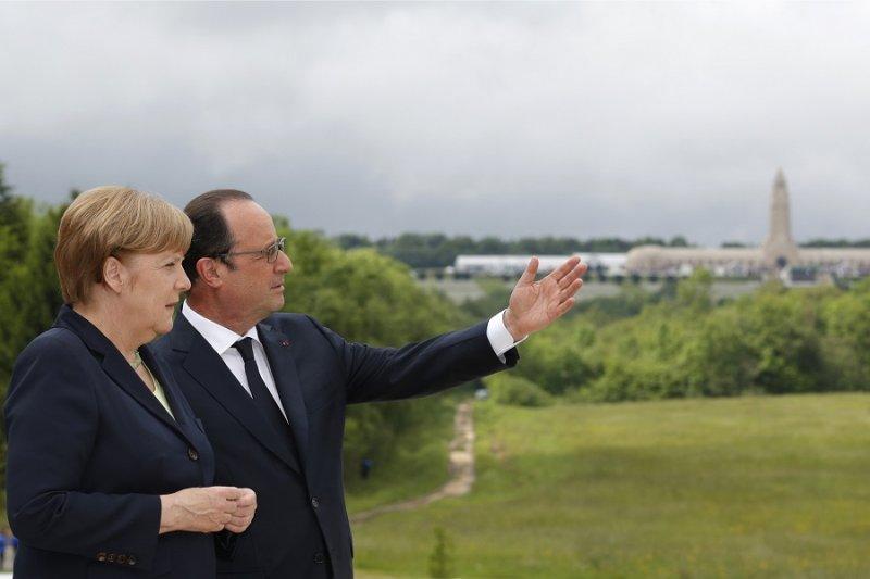 法國總統奧朗德與德國總理梅克爾於紀念儀式中(美聯社)